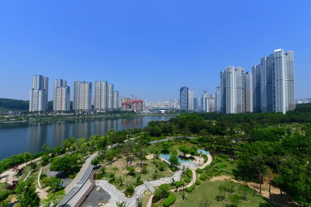 수원, 광교호수공원과 광교신도시.jpg