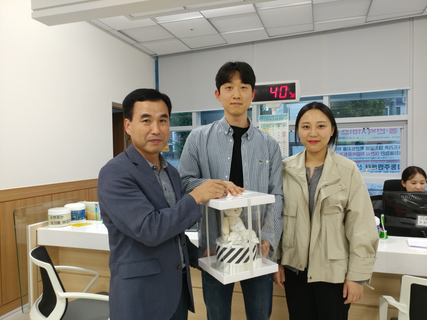 이천시, 중리동행정복지센터 첫 번째 출생신고자에게 아기용품 선물 (2).jpg