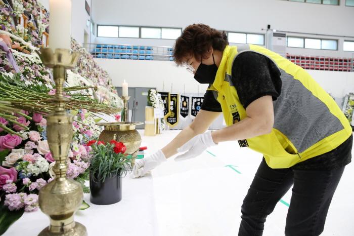 이천시 자원봉사자들이 유가족과 조문객들을 지원하고 있다 (1).JPG