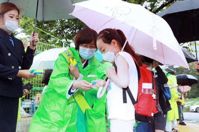 안성 김보라 안성시장 유관기관 어린이보호구역 교통안전캠페인 (1).jpg
