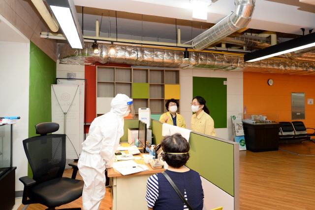 성남, 은수미 성남시장이 보건소 직원들을 격려하고 있다(2).jpg
