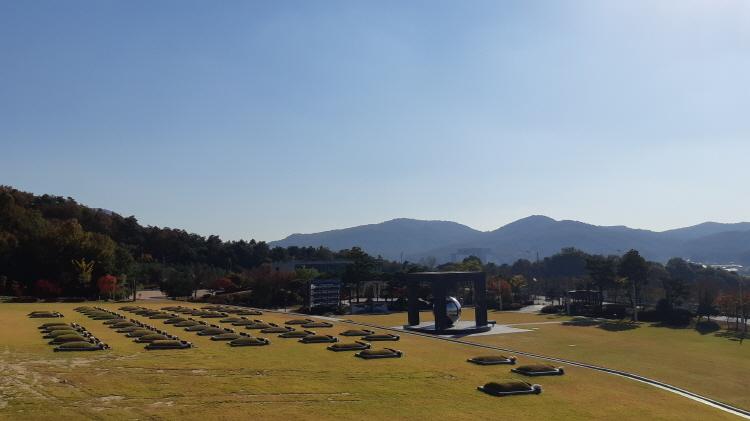 민주공원 묘역.jpg