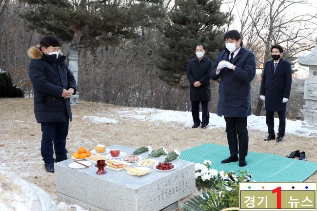 수원시의회 고 심재덕 시장 12주기 묘소 참배.jpg